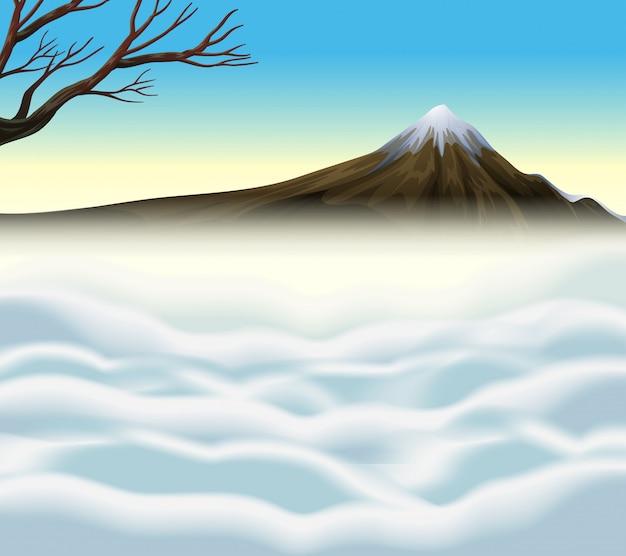 Escena de la naturaleza con volcan y niebla.
