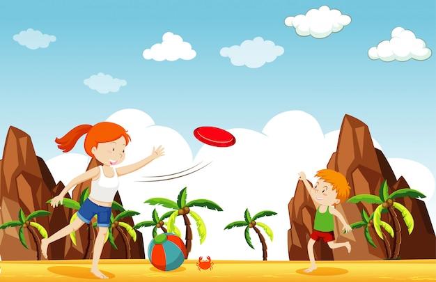 Escena con niña y niño jugando frisbee en la playa