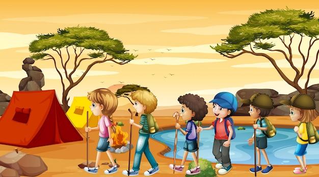 Escena con niños caminando y acampando