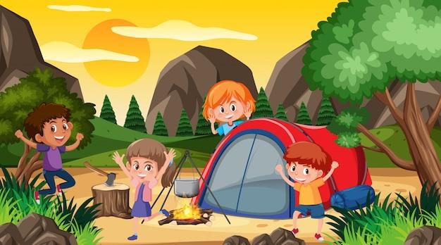 Escena con niños felices acampando en el bosque