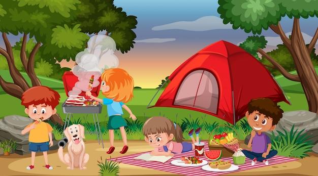 Escena con niños felices acampando y haciendo un picnic en el parque