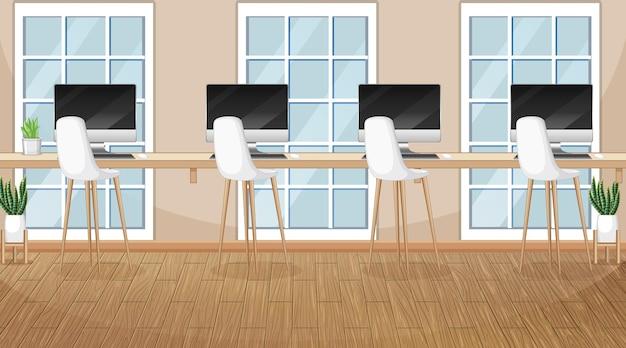 Escena de oficina con muchas computadoras sobre la mesa.