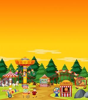 Escena del parque de atracciones durante el día con cielo amarillo en blanco