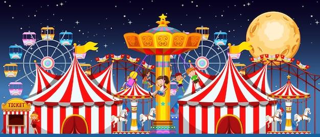 Escena del parque de atracciones en la noche con luna.