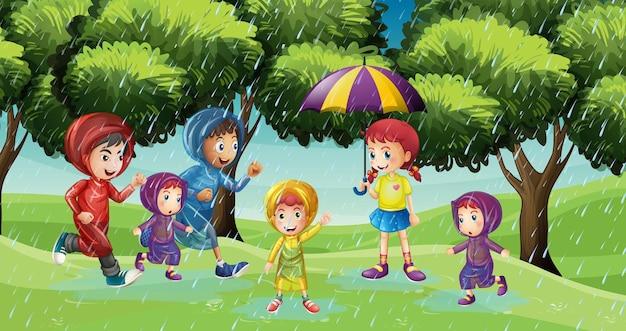 Escena del parque con niños corriendo bajo la lluvia.