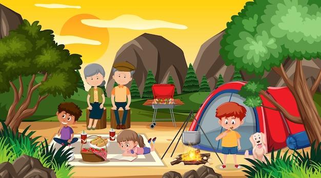 Escena de picnic con familia feliz en el bosque.