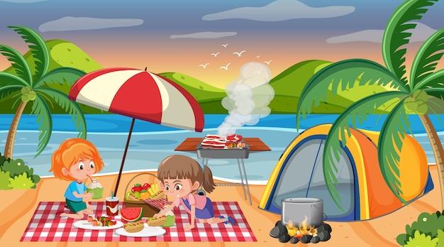 Escena de picnic con familia feliz en la playa.