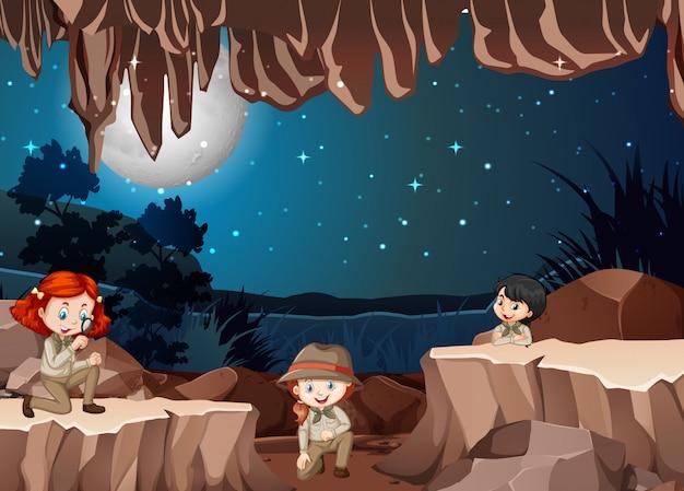 Escena con tres niños en la cueva.