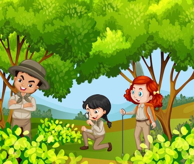 Escena con tres niños en el parque.
