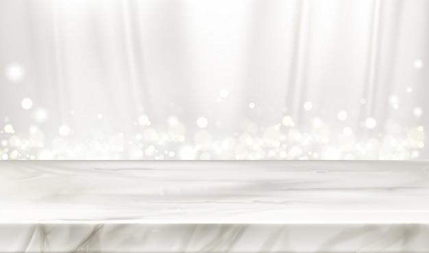 Escenario de mármol o mesa con cortinas de seda blanca y destellos brillantes.
