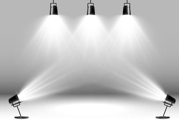 Escenario vacío con focos dispositivos de iluminación sobre un fondo transparente