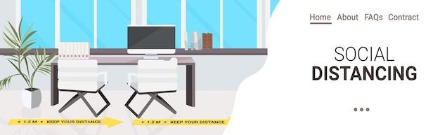 Escritorio del lugar de trabajo con carteles de distanciamiento social pegatinas amarillas coronavirus medidas de protección epidémica interior de la oficina espacio de copia horizontal