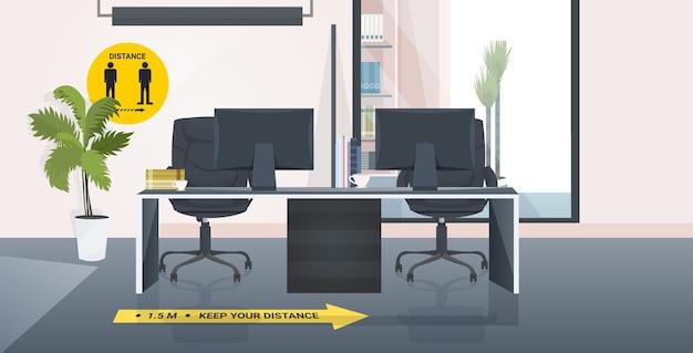 Escritorio del lugar de trabajo con carteles de distanciamiento social pegatinas amarillas coronavirus medidas de protección epidémica interior de la oficina horizontal