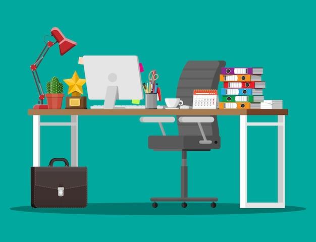 Escritorio de oficina con silla para computadora, lámpara, taza de café, documentos de cactus. calendario, papelería, carpetas, maletín de trofeos. lugar de trabajo empresarial moderno. mesa de espacio de trabajo. estilo plano