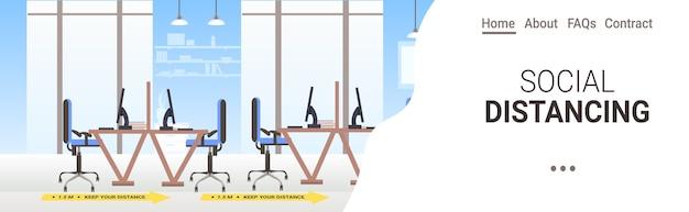 Escritorios del lugar de trabajo con carteles de distanciamiento social pegatinas amarillas coronavirus medidas de protección epidémica interior de la oficina copia espacio horizontal