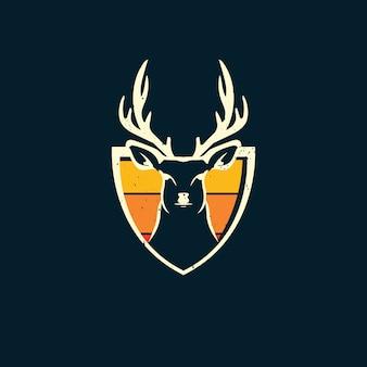 Escudo de ciervos y puesta de sol en logo de estilo vintage