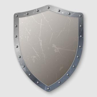 Escudo de metal envejecido realista aislado