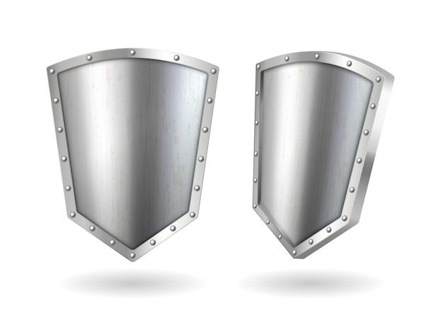 Escudos de metal brillante, pantallas metálicas de acero o plata en blanco con marcos y reflejos brillantes. premio trofeo vista frontal y lateral aislado sobre fondo blanco. ilustración de vector 3d realista