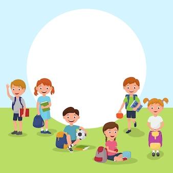 Escuela o jardín de infantes al aire libre en el patio de recreo con niños jugando dibujos animados.
