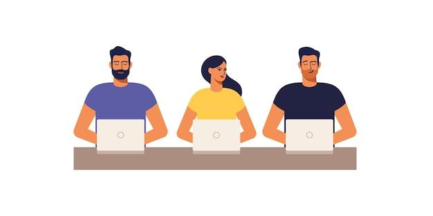 Espacio de trabajo conjunto. jóvenes que trabajan con ordenadores portátiles en el lugar de trabajo de oficina compartida. ilustración.