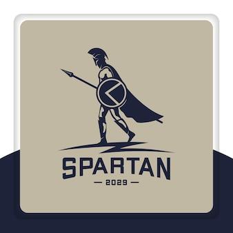 Espartano diseño de logotipo escudo lanza capa caminar