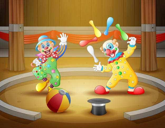 Espectáculo de circo de dibujos animados con payasos en la arena