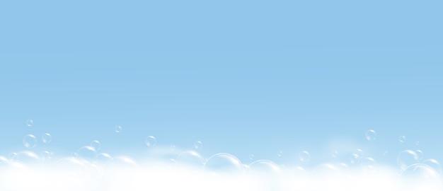 Espuma de burbujas de jabón sobre fondo azul.