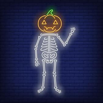 Esqueleto con letrero de neón de cabeza de calabaza