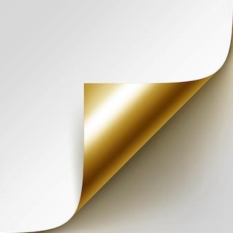 Esquina dorada rizada de papel blanco con sombra de cerca aislado sobre fondo blanco.