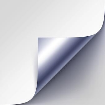 Esquina metálica plateada rizada de papel blanco con sombra de cerca aislado sobre fondo gris