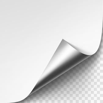 Esquina metálica plateada rizada de papel blanco con sombra de cerca sobre fondo transparente