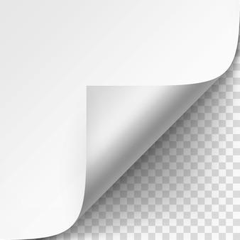Esquina rizada de papel blanco con sombra de cerca aislado sobre fondo transparente