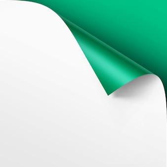 Esquina rizada de papel blanco con sombra mock up close up aislado sobre fondo verde brillante