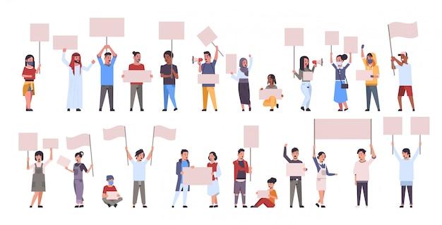 Establecer diferentes manifestantes con pancartas en blanco