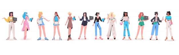 Establecer mezcla de mujeres de raza usando dispositivos digitales chicas guapas en ropa de moda colección de personajes de dibujos animados femeninos