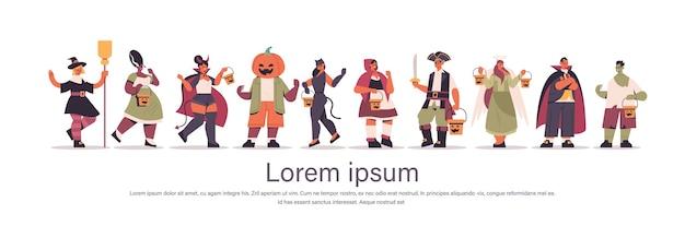 Establecer mezcla personas de raza en diferentes disfraces parados juntos feliz celebración de la fiesta de halloween concepto plano de longitud completa copia horizontal espacio ilustración vectorial