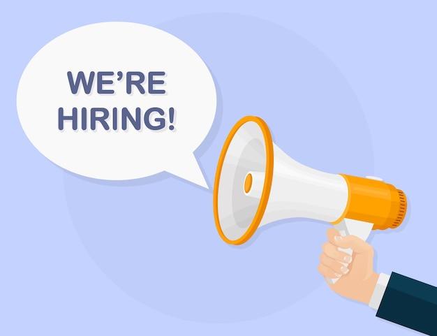 Estamos contratando letrero publicitario con megáfono. altavoz, megáfono en manos. reclutamiento, concepto de contratación. recursos humanos