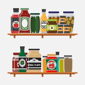 Estante en la cocina con varios encurtidos y salsas.