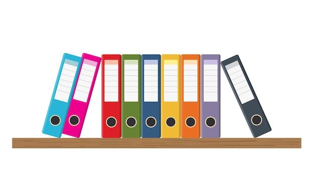Estantes de almacenamiento de documentos con juego de carpetas de anillas de colores sobre blanco