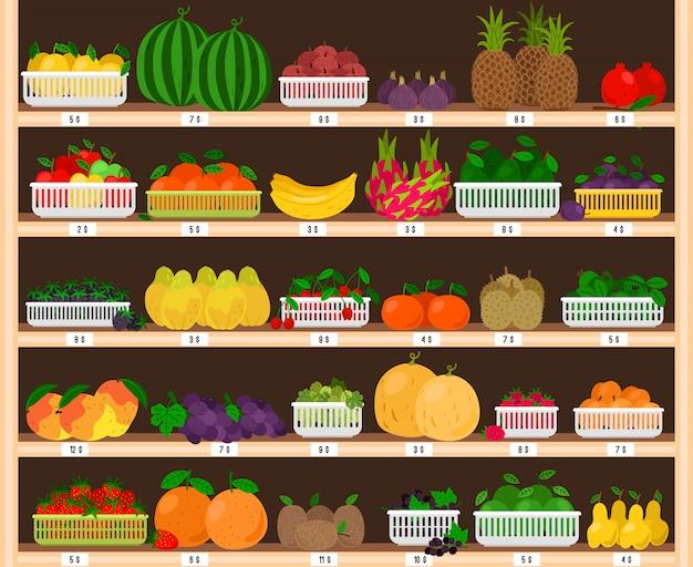 Estantes de supermercado de frutas. interior de la tienda de alimentos con escaparate de frutas, tienda de comestibles frescos con manzanas y fresas maduras ecológicas, fruta de dragón y piñas