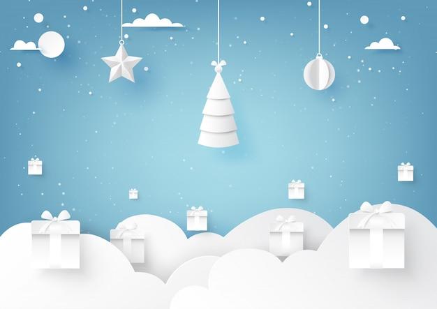 Estrellas, árbol de navidad y bola de navidad colgando sobre fondo de invierno de cielo azul