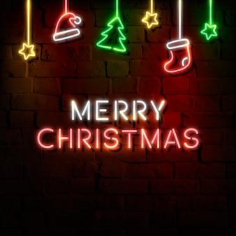 Estrellas, gorro de papá noel, media, pino y cartel de neón feliz navidad en una pared de ladrillo oscuro