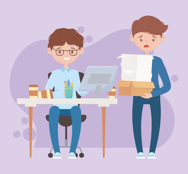 Estrés en el trabajo, empresario trabajando en escritorio y empleado con pila de hojas