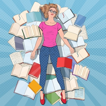Estudiante agotado del arte pop tirado en el suelo entre libros. mujer joven con exceso de trabajo que se prepara para los exámenes. concepto de educación.
