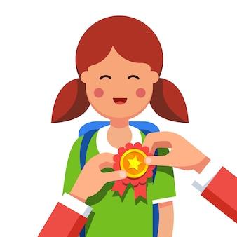 Estudiante chica que se adjudica por ganar en la feria de la escuela