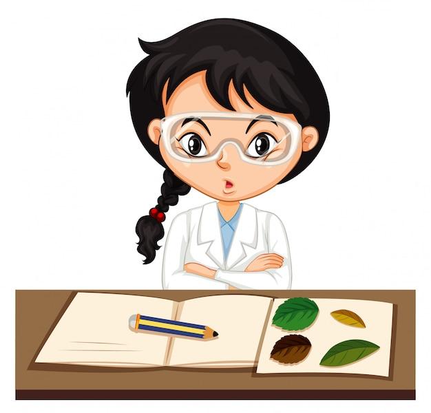 Estudiante de ciencias haciendo experimento con hoja