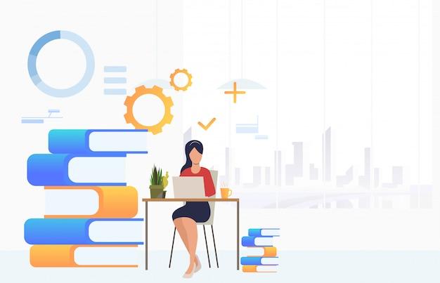 Estudiante estudiando y usando una computadora portátil en el escritorio