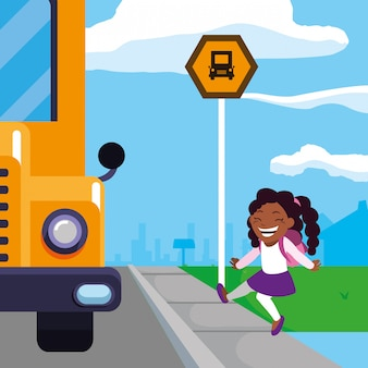 Estudiante feliz chica negra en la escena de la parada del autobús escolar