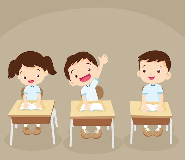 Estudiante mano arriba