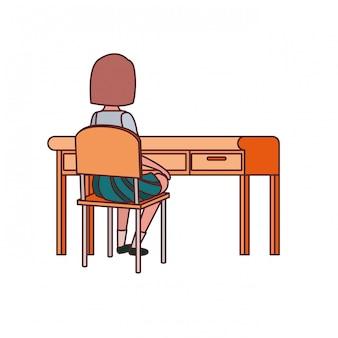 Estudiante mujer sentada en el escritorio de la escuela